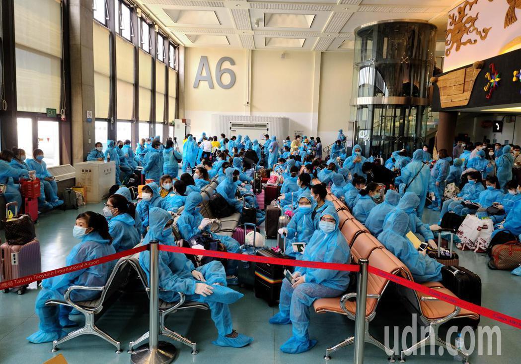 越南應民眾要求解除境管,由越南航空首次派遣專機來台接回僑民,所有旅客必須穿著全套...