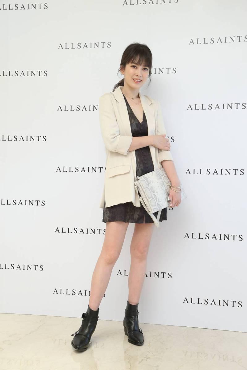 時尚媽咪Melody穿著AllSaints Kota墨綠色印花洋裝7,200元、Alva米白色西裝外套8,900元。記者陳立凱/攝影
