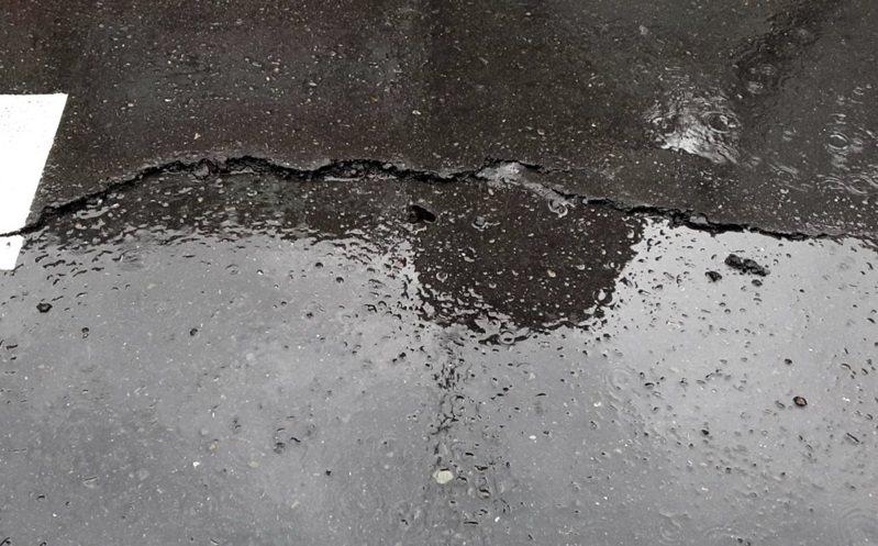 台北市興隆路地面發生裂縫並傳出沼氣。圖/記者廖炳棋翻攝