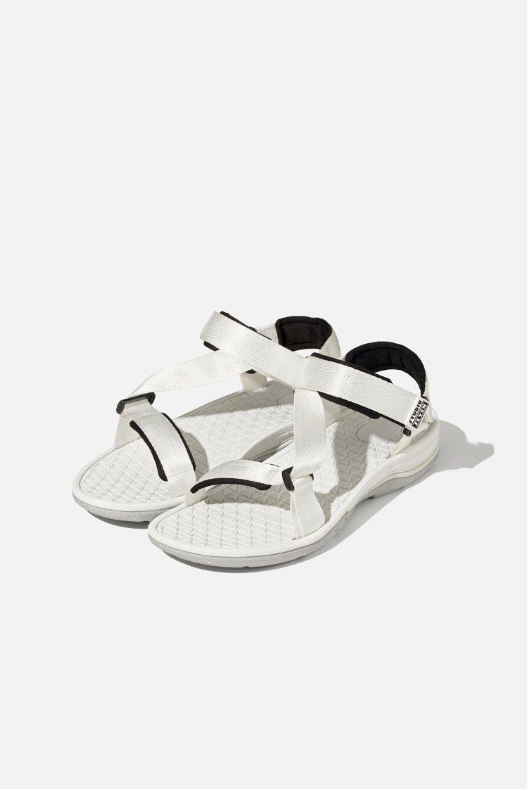 GU與STUDIO SEVEN聯名系列涼鞋890元。圖/GU提供