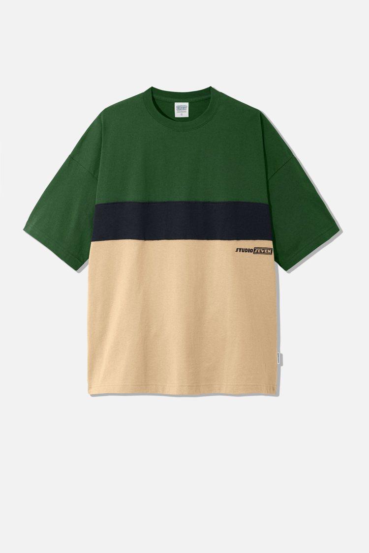 GU與STUDIO SEVEN聯名系列男裝寬版T恤590元。圖/GU提供