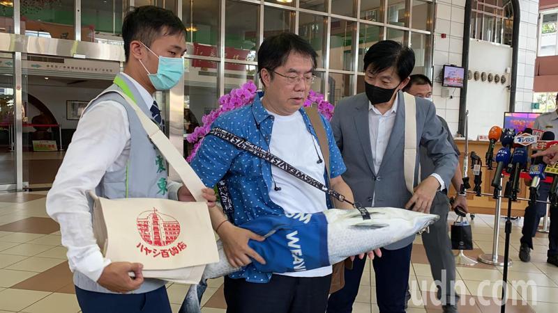 台南市長黃偉哲(中)明天將送「防疫五月天」黑面琵鷺襯衫、虱目魚包以及林百貨、合成、廣富號帆布包。記者鄭維真/攝影