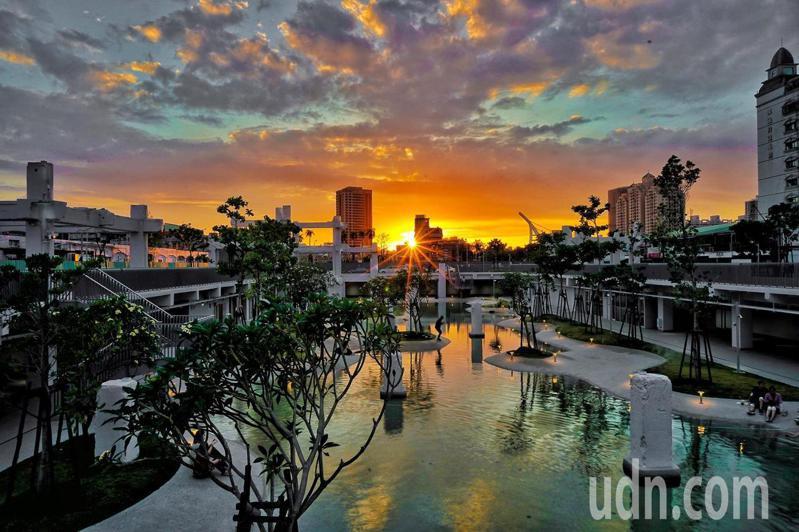 被譽為世界七大令人期待的公園之一「河樂廣場」,從今年3月開幕以來吸引不少民眾朝聖。圖/台南市都發局提供