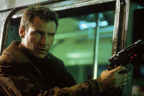 「銀翼殺手最終版」是一部黑色反烏托邦的科幻電影,由英國知名導演雷利史考特執導,探討21世紀複製人倫理及道德問題,片中絕美的視覺特效及敘事節奏,被認為是賽博龐克(Cyberpunk)類型的經典始祖,影...