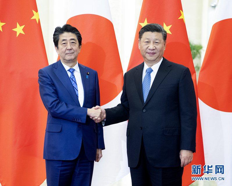 日本首相安倍晉三(左)與大陸國家主席習近平(右)。圖/取自新華網