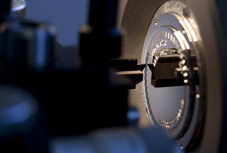 精擅各種表面工藝的寶璣(Breguet),在2005年時首度推出開放式結構的Tr...
