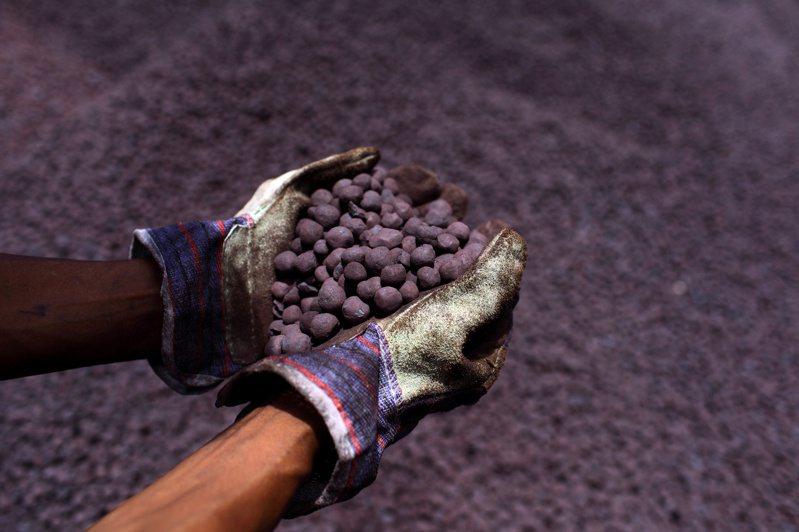 新加坡交易所(SGX)鐵礦砂期貨價格28日直逼100美元大關。圖/路透