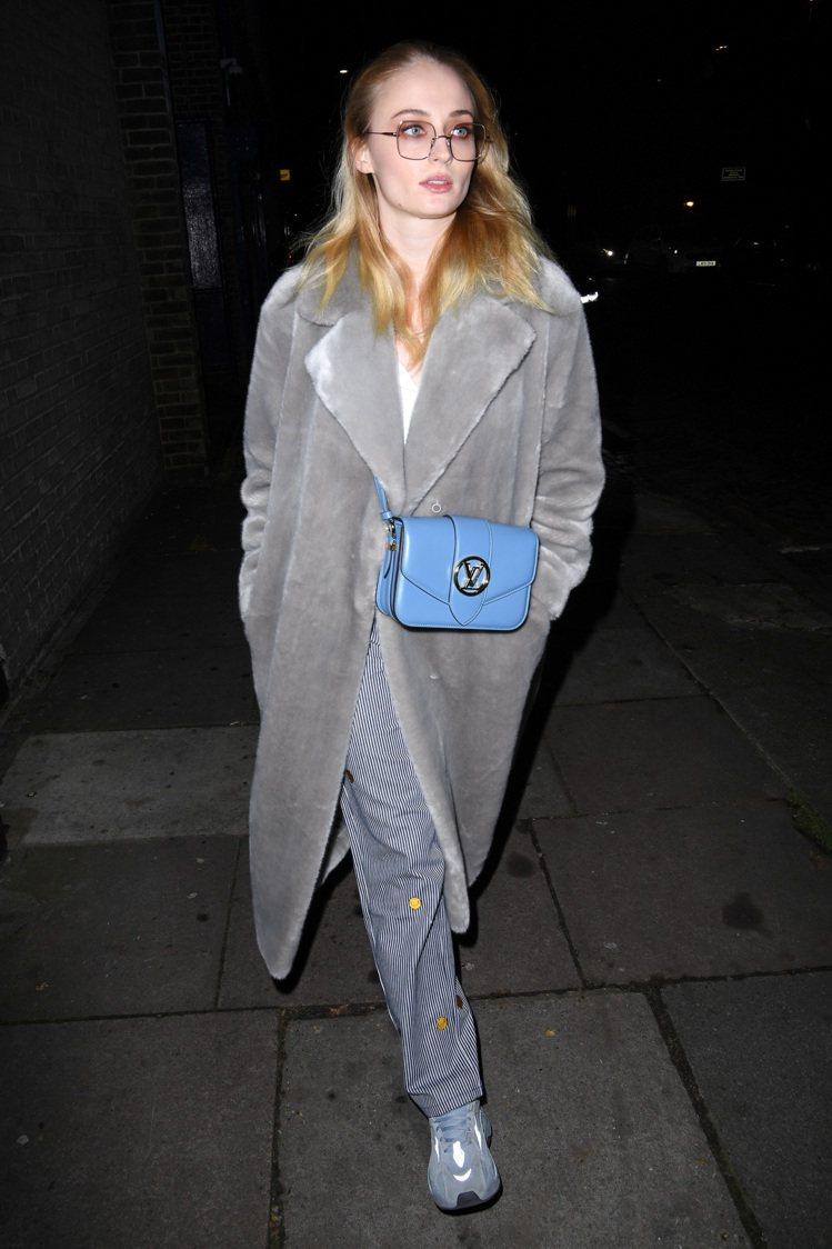蘇菲特納(Sophie Turner)將Pont 9手袋風暴藍色搭襯得很搶眼。圖...