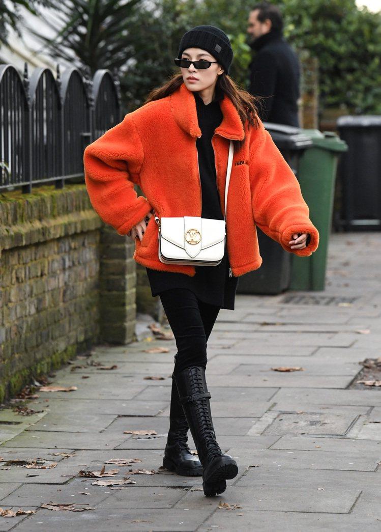 鍾楚曦以搶眼的橘色外套搭襯乳白色Pont 9手袋。圖/LV提供