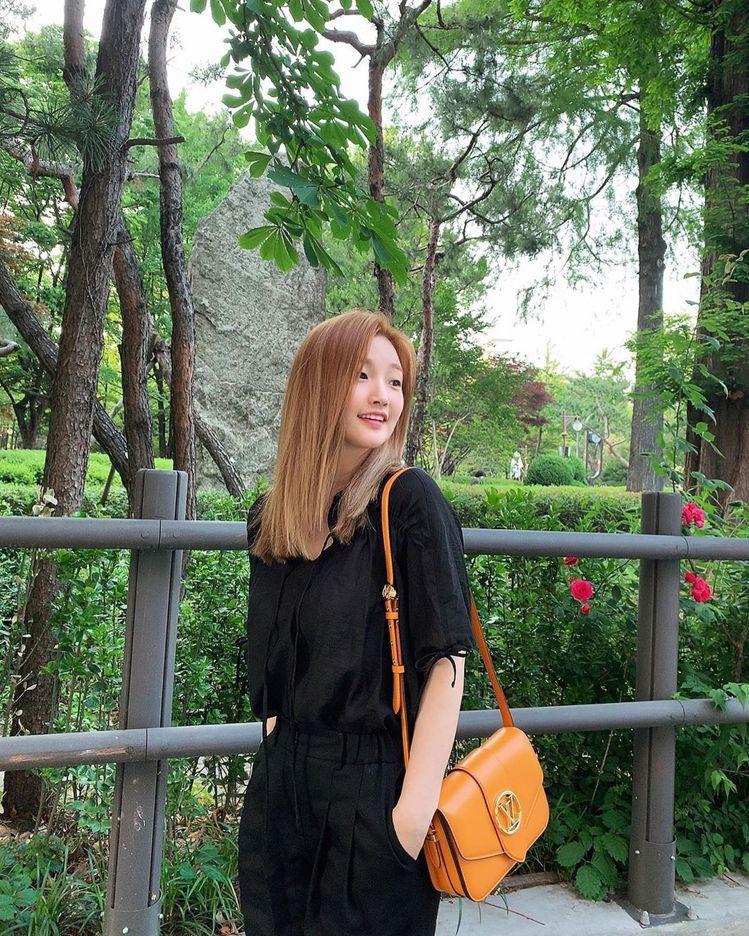 韓國女星朴素丹搭襯了夏日金黃色的LV Pont 9手袋。圖/取自IG