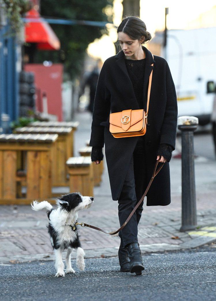 女演員史黛西馬汀(Stacy Martin)將Pont 9手袋作為日常穿搭。圖/...