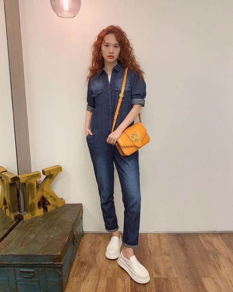 楊丞琳搶先配襯了最新的夏日金黃色的LV Pont 9手袋。圖/取自IG