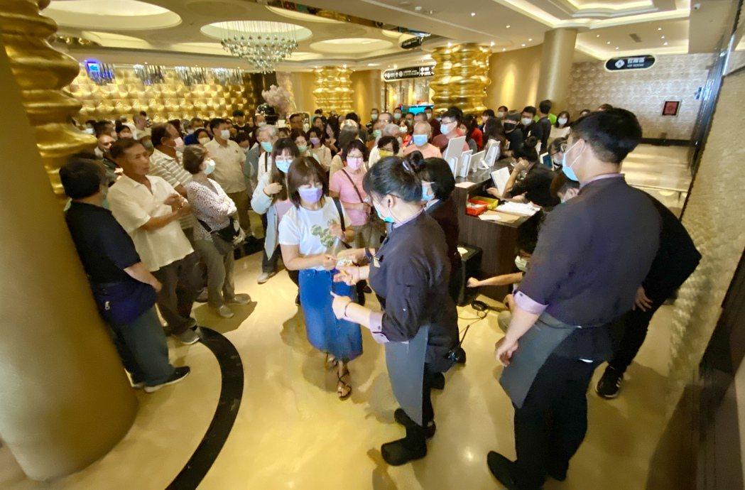新冠肺炎疫情趨緩,餐廳也出現排隊用餐的人潮。記者宋健生/攝影