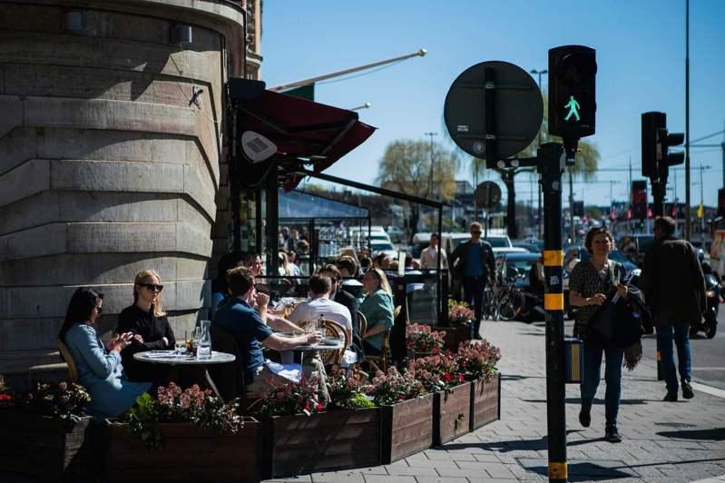 當歐洲一片封鎖聲中,瑞典的餐廳、酒吧與學校仍持續開放,圖為4月26日斯德哥爾摩市區內一間座無虛席的餐廳。法新社