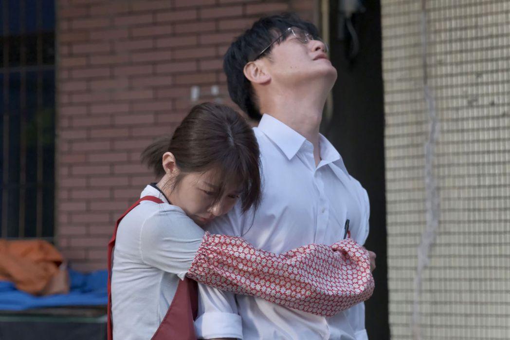 邵雨薇(左)、日男星井浦新對手戲情感濃烈。圖/公視提供
