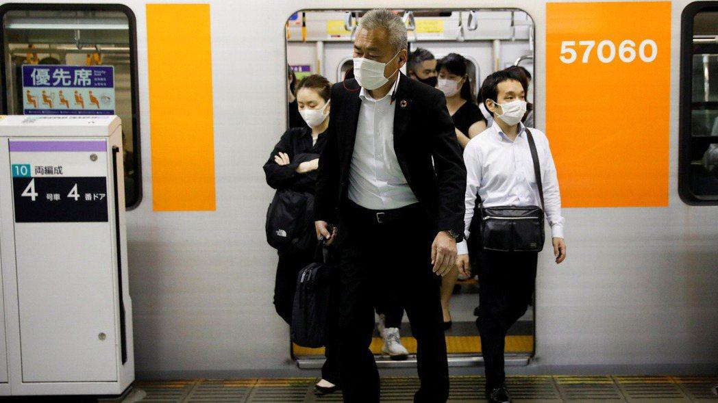 為鼓勵民眾老後繼續工作,日本修法將開始領取退休金的最高年齡延長至75歲,月領金額...