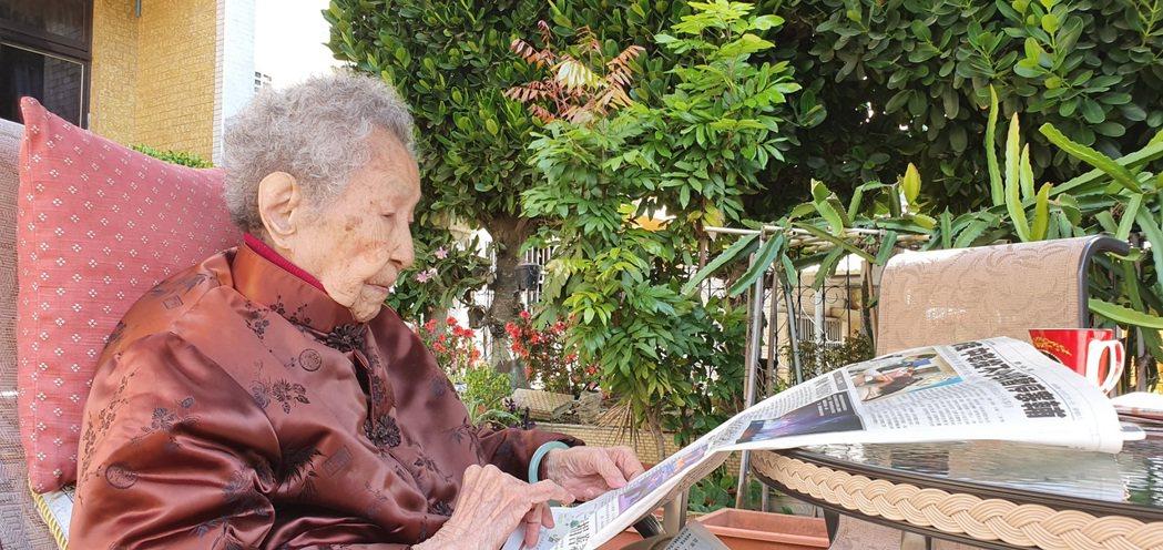 105歲的媽媽每日喝咖啡看報紙,一周復健3次,在家踩15分鐘腳踏車,不腳軟喔!圖...