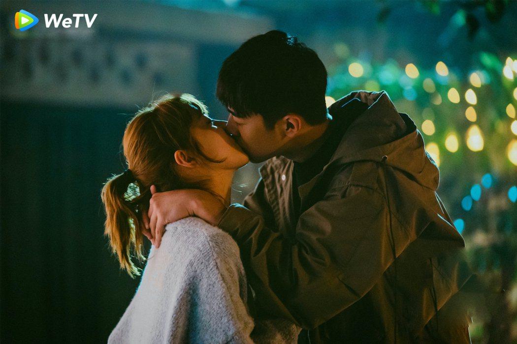 梁靖康(右)、李凱馨在「暖暖請多指教」戲中一吻再吻又吻,畫面甜到出汁。圖/WeT
