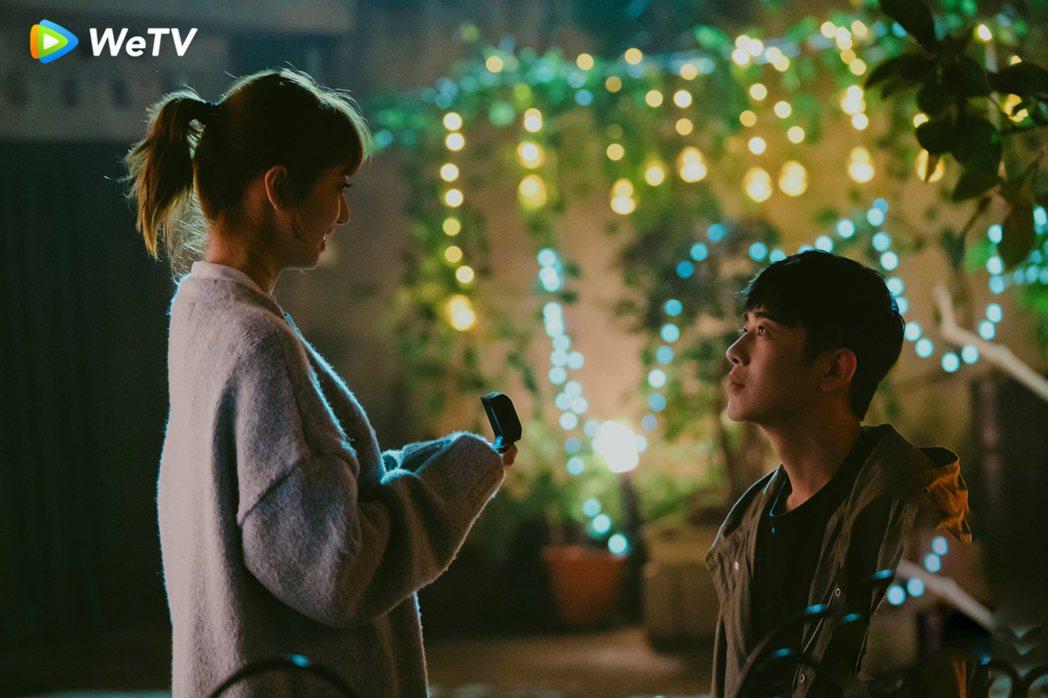 梁靖康(右)在「暖暖請多指教」向李凱馨求婚。圖/WeTV提供
