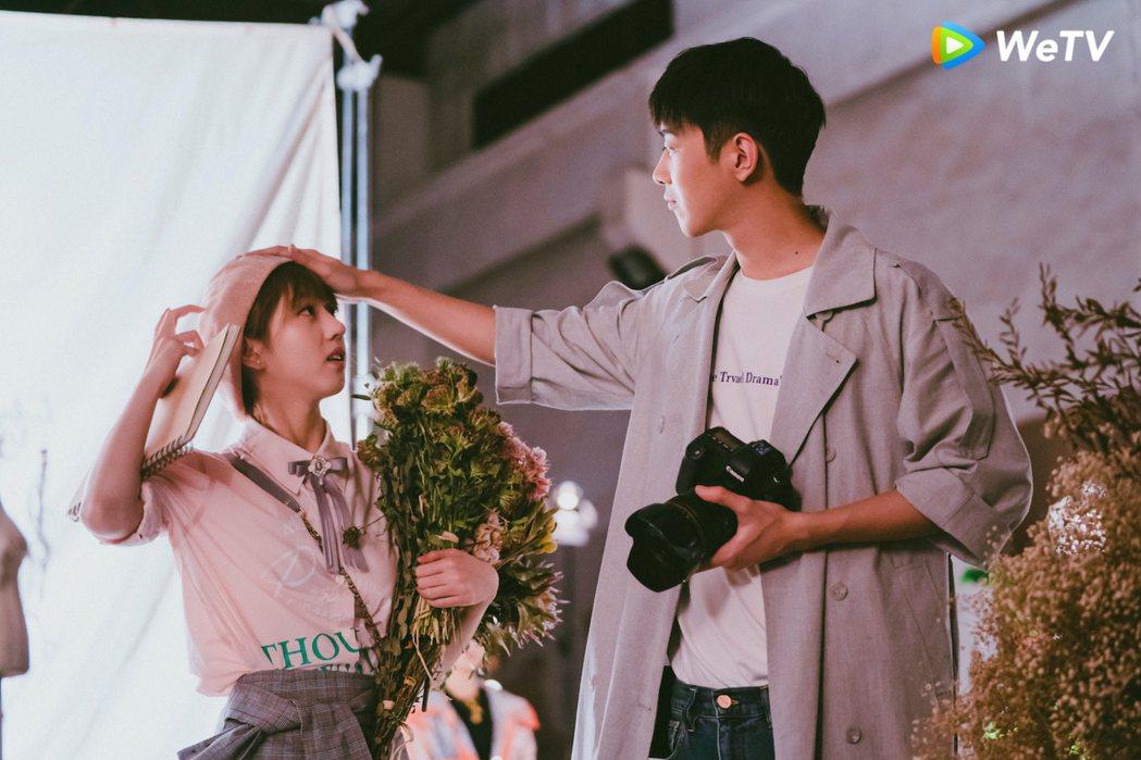 梁靖康(右)在「暖暖請多指教」戲中對李凱馨使出摸頭殺。圖/WeTV提供