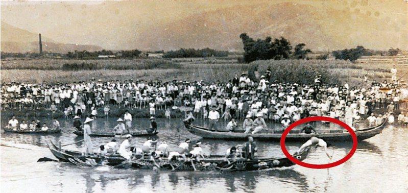 1961年龍舟賽紅短褲女子隊游吳秋子(紅圈處)已奪標,市公所男員工隊落敗。圖/游吳秋子提供