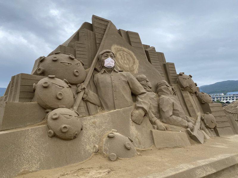 沙雕展入口處有目前最夯的衛福部長陳時中戴著口罩坐鎮。圖/福隆福容飯店提供