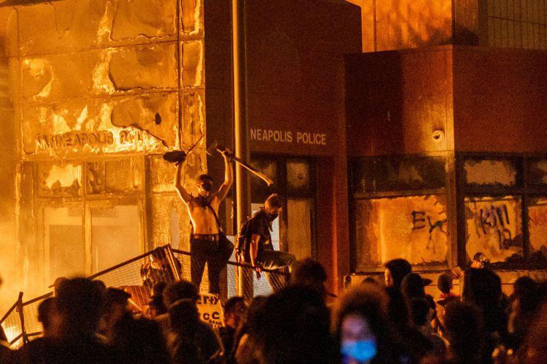 美國明尼亞波利斯市民眾廿八日晚間闖進市警局第三分局縱火。(法新社)
