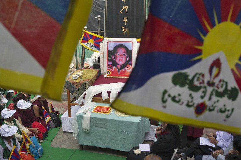1995年,達賴喇嘛認定的11世「班禪喇嘛」轉世靈童根敦確吉尼瑪被大陸當局帶走,一直再沒有露面。美聯社