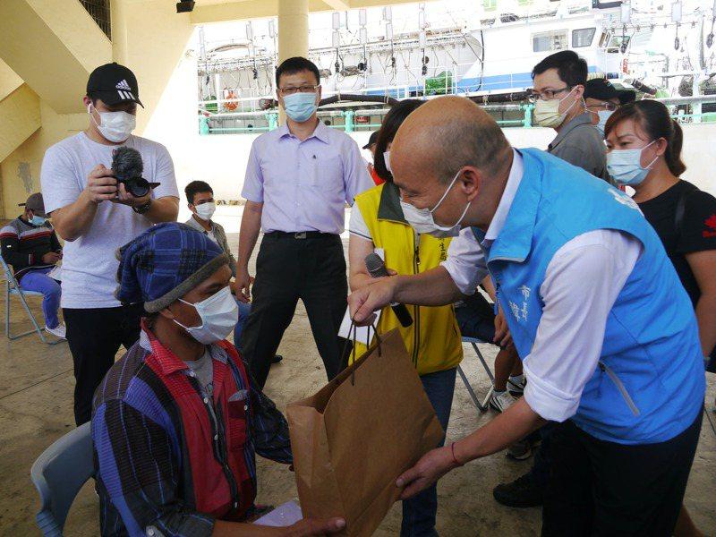 首批遠洋漁工上岸入住防疫旅館,高雄市長韓國瑜(右)贈送防疫包表達關懷。 記者徐白櫻/攝影
