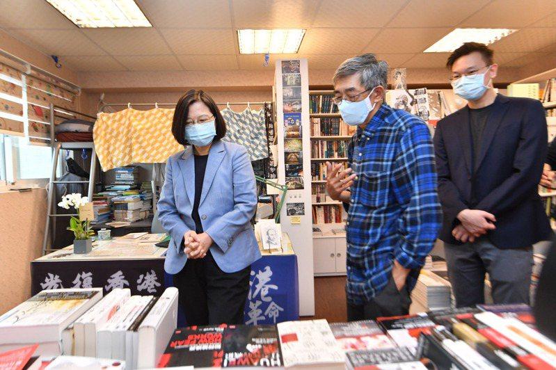 蔡英文總統(左)昨天赴台北銅鑼灣書店,拜會遭到大陸迫害的書店創辦人林榮基(中),並參觀書店。 (中央社)