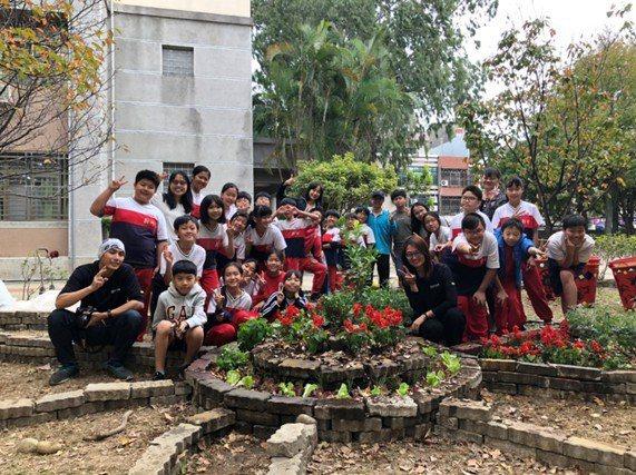 新竹國小校園食物森林DIY課程,在校園打造食物森林,讓學生很有成就感。 圖/新竹市政府提供