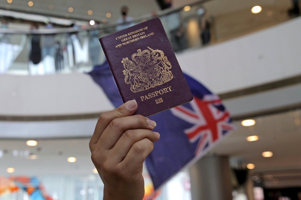 香港示威者拿著英國國民海外護照,抗議大陸全國人大決定制定港版國安法。(美聯社) 美聯社
