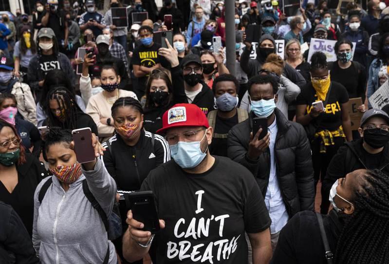 美國明尼蘇達州日前因警察暴力執法致死事件,抗議活動在全美蔓延,位處同州的灰狼老闆泰勒也稱很可恥。 法新社