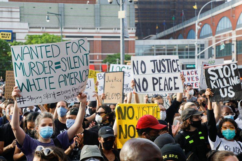 美國警察對非裔男子暴力執法,引發全美各地零星暴動與抗議事件,勇士隊教頭柯爾加入戰局。 路透