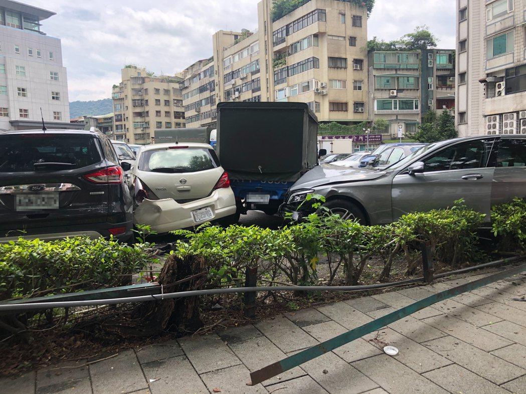 張姓老翁開車行經台北市信義區,連續衝撞兩輛機車、兩輛汽車,再開進停車場波及5輛汽...