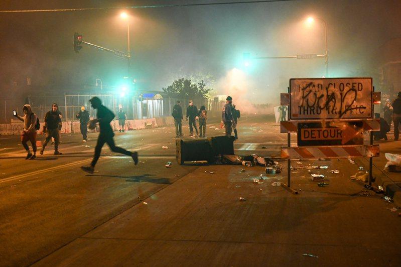 美國明尼蘇達州非裔男子弗洛依德遭白人警察壓頸致死案,從在地示威擴大成全美暴動。 歐新社