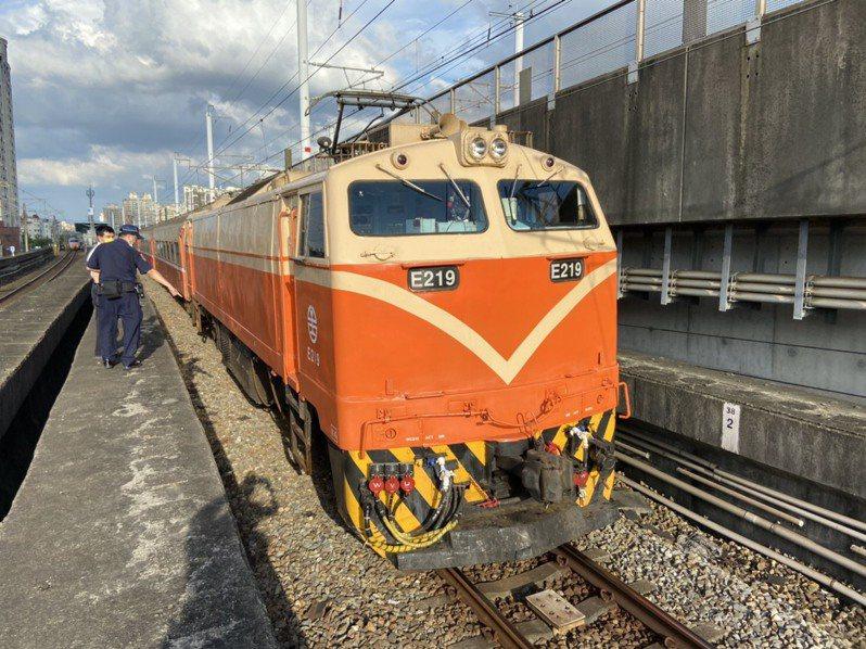 台鐵表示,521次莒光號於下午4時25分行駛於新北浮洲站東正線,因為有一路人侵入路線遭撞及。 圖/台鐵局提供