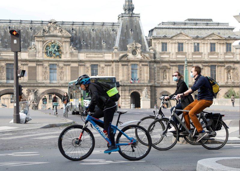 法國6月2日開放酒吧餐廳和國內旅行,羅浮宮7月6日重開。 路透社