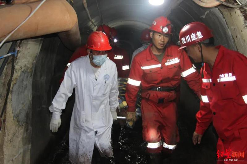 四川江油一個引水隧洞5月22日發生垮塌,三名工人被埋。搶救人員經過176小時的苦戰,終於在29日晚上8時成功救出將三人救出。圖取自/紅星新聞