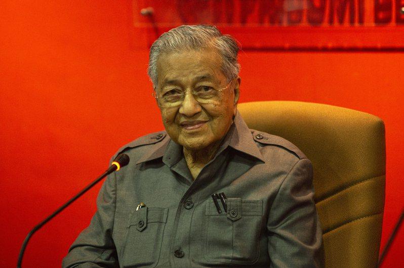 馬來西亞前首相馬哈地(圖)為了重奪政權頻頻出招,今天除與公正黨主席安華會談外,也透過司法指控現任首相慕尤丁透過非法手段奪得土著團結黨主導權。 歐新社