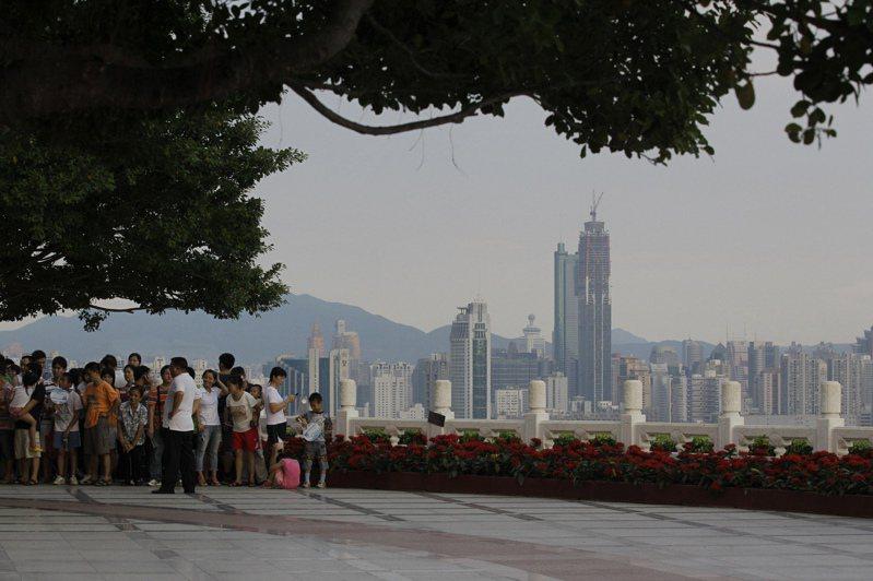 英國準備為將近300萬符合資格申請英國國民海外護照的香港居民放寬簽證權利,以及提供獲得公民身分的管道,來回應中國在這個前英國殖民地推動實施「香港版國安法」。 美聯社