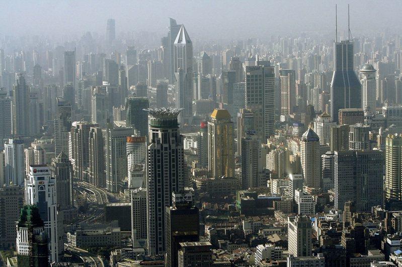 中國強推港版國安法,美國宣布將取消香港特殊地位的優待。學者指出,按美國過去處理華為的經驗來看,要過些時間才會正式取消香港特殊地位的優待,減緩對當地美企的衝擊。 美聯社