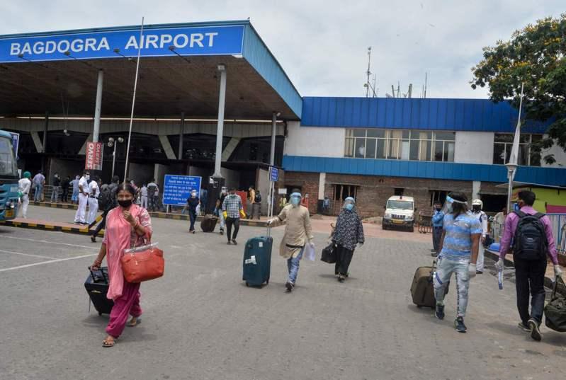 印度航空公司一架撤僑專機今天從新德里飛莫斯科途中,因機師被發現確診感染新冠肺炎,印航緊急召回專機。 法新社