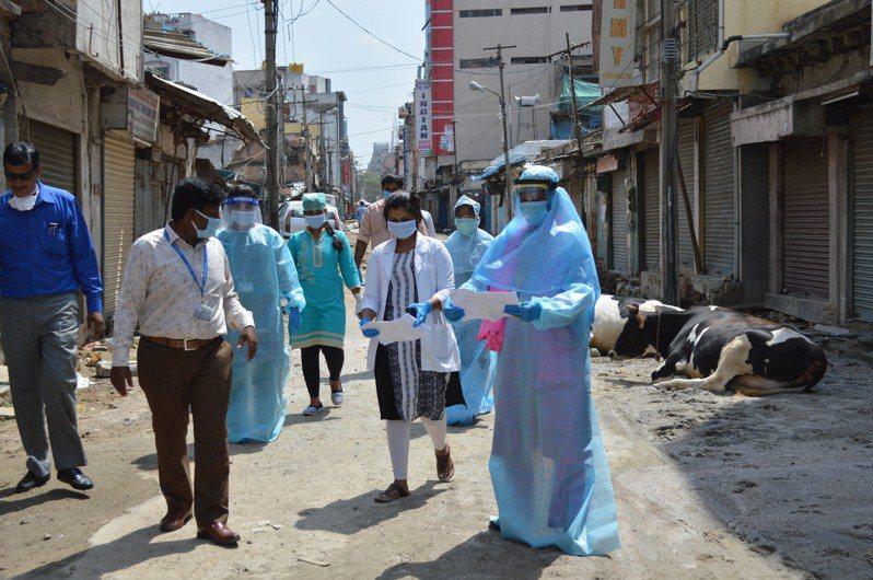 印度實施長達2個多月的防疫封鎖預計明天結束,但當局今天通報2019冠狀病毒疾病(COVID-19)新增確診數寫下新高,達7964例,且新增265人不治。 新華社