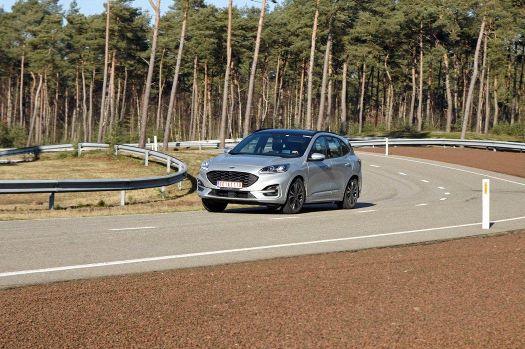 綜合測試道路是在特定的封閉彎曲道路依規範車速與檔位進行操駕,透過各式動態測試,檢...