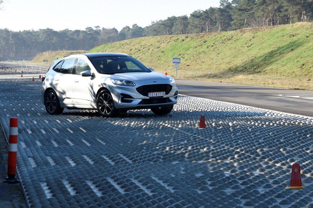 鵝卵石路測試,以定速通過繞錐鵝卵石路面路,檢視車輛輪圈在崎嶇路況行駛後,是否會造...