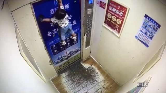 中國2歲女童手腕被繫著安全繩,她因未即時踏出電梯門整隻手被拽起懸空。圖擷自梨視頻