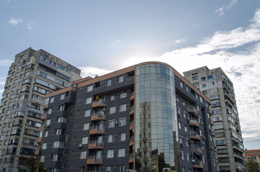 現在的電梯大樓都會有公設,而住宅的公設空間坪數將會由全體住戶按比例共同持有並分擔...