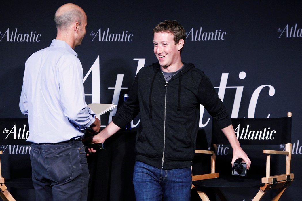 圖為《大西洋雜誌》在2013年採訪Facebook執行長祖克柏(Mark Zuc...