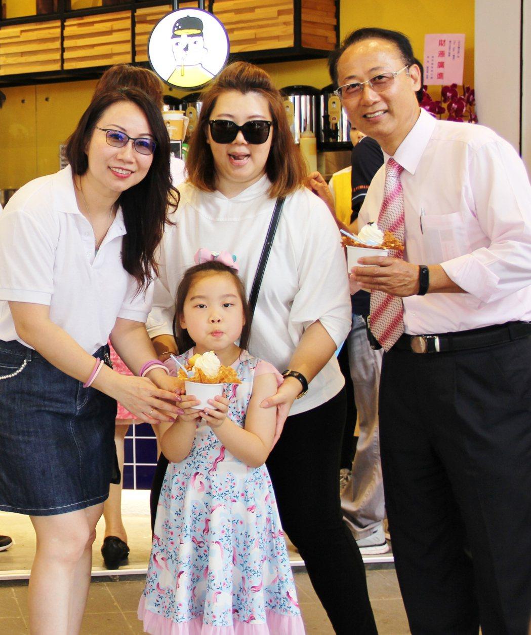 甲文青茶飲及the Eggy推出的魚子醬霜淇淋,大人小孩都十分喜愛。 的戴辰/攝...